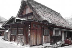 บ้านที่สร้างด้วยสถาปัตยกรรมแบบกัสโชซึคุริ ซึ่งหลังคามีความลาดเอียง 60 องศาดูคล้ายคนพนมมือ