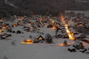 เมื่อเข้าสู่หน้าหนาวหมู่บ้านแห่งนี้ก็งดงามไม่ต่างจากเมืองตุ๊กตาหิมะในเทพนิยาย