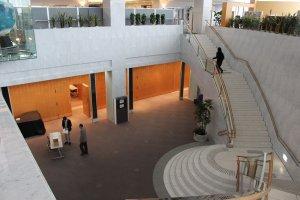 地下1階にある多目的ホール。200名以上収容の大きなホールで、講演やコンサートも可能