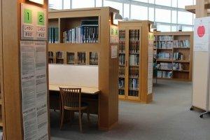 飲食物は持ち込み禁止。図書館のように調べ物など自由に無料で使える。利用者が多くなく、静かなので、穴場かもしれない