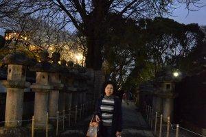 ผู้เขียนกับโคมหินอันขรึมขลังหน้าทางไปศาลเจ้าโทโชกุ