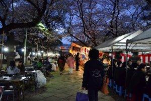 ร้านอาหารหน้าศาลเจ้าโทโชกุ