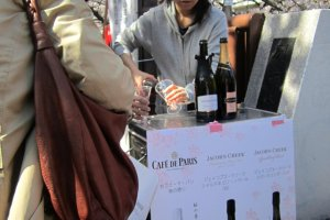 มีบูทขายไวน์หรือแชมเปญเป็นระยะตลอดทาง