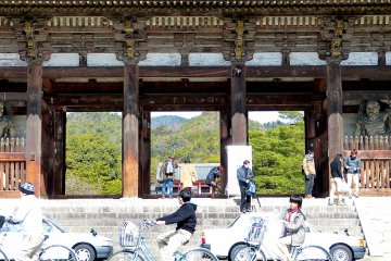 The huge scale ofNio-mon Gate