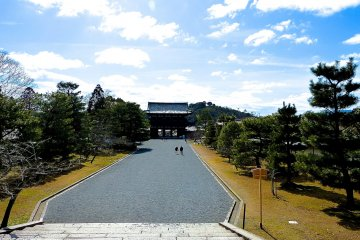 Looking at Nio-mon Gate from Chu-mon Gate
