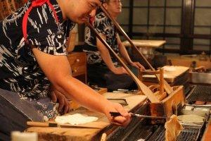 การย่างอาหารทะเลบนเตาย่างที่ อินากายะในรปปงหงิ , โตเกียว