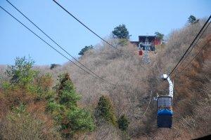 กระเช้าลอยฟ้า Kachi Kachi Ropeway กำลังเคลื่อนขึ้นไปบนยอดเขา Mt.Tenjo