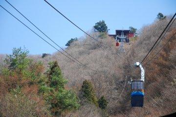 <p>กระเช้าลอยฟ้า Kachi Kachi Ropeway กำลังเคลื่อนขึ้นไปบนยอดเขา Mt.Tenjo</p>