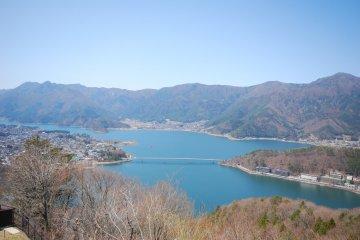<p>ทะเลสาบ Kawaguchiko ในมุมสูง จากยอดเขา Mt.Tenjo</p>