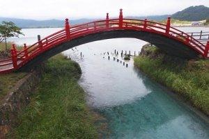 ตามความเชื่อญี่ปุ่นโบราณ วิญญาณทุกดวงจะต้องใช้สะพานสีแดงนี้เพื่อข้ามแม่น้ำซันโซไปยังโลกหลังความตาย มีผู้เฝ้าสะพานเป็นผู้ตัดสิน หากวิญญาณสั่งสมความดีมามากก็จะข้ามสะพานได้สบายๆ หากความดีมีพอประมาณ ทางเดินก็จะแคบสักหน่อย สำหรับคนที่ก่อกรรมทำชั่วจะไม่สามารถข้ามสะพานได้ ต้องลุยน้ำที่เต็มไปด้วยพิษและมารร้าย (เครดิตภาพจาก japan-guide.com)