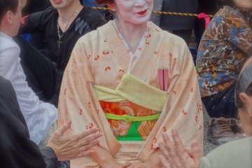 <p>One of the lovely geisha girls patiently waiting to dance&nbsp;at one of the hanami parties</p>