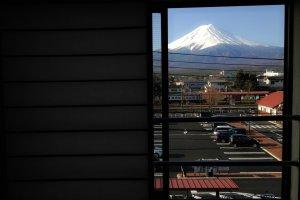 วิวภูเขาไฟฟูจิจากห้องพักในโรงแรม Kawaguchiko Station inn