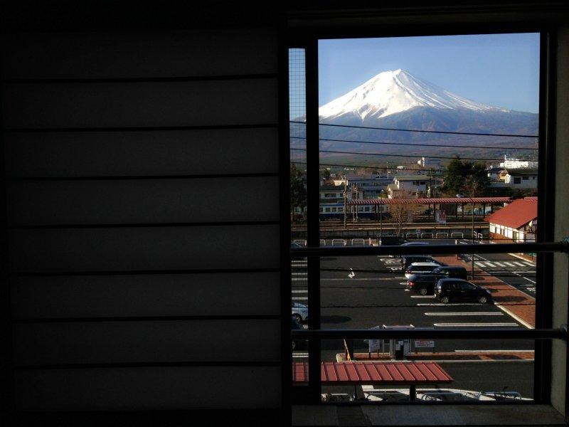 <p>วิวภูเขาไฟฟูจิจากห้องพักในโรงแรม Kawaguchiko Station inn</p>
