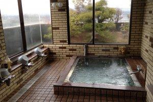 ห้องอาบน้ำรวมที่บริการภายในโรงแรม ซึ่งสามารถมองเห็นวิวภูเขาไฟฟูจิขณะที่แช่น้ำได้