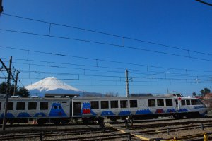 บรรยากาศภายในสถานีรถไฟ Kawaguchiko ซึ่งตั้งอยู่ตรงข้ามกับโรงแรม Kawaguchiko Station inn