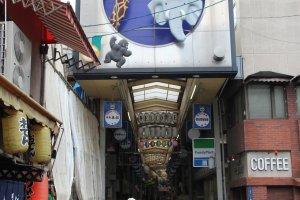การเดินทางไปที่ร้าน Chitose ออกจากสถานี Doubutsuen-mae จะเจอถนน shopping street