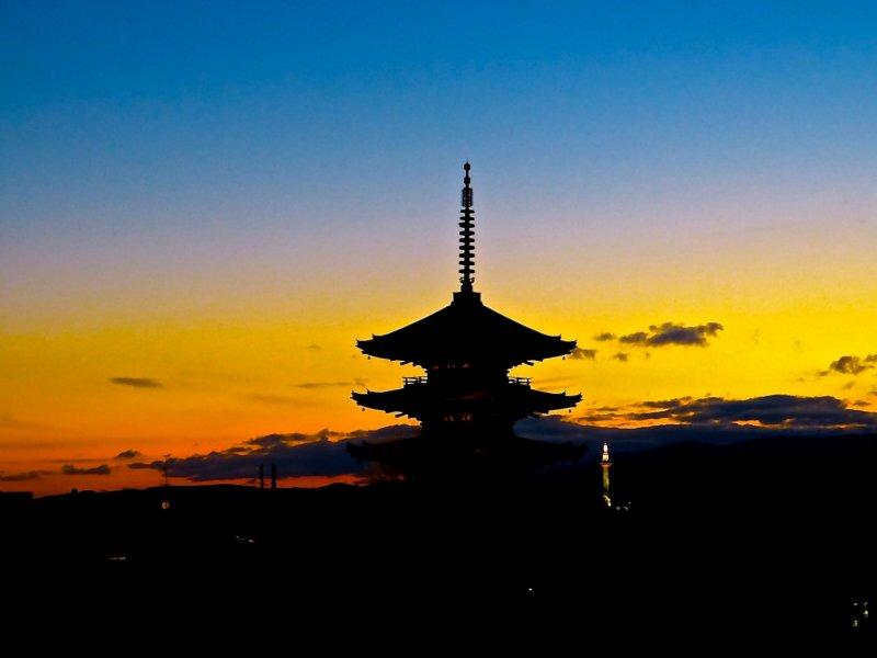 황혼기 야사카노토 탑 실루엣