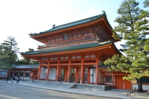 ประตูสวรรค์ หรือ โอเท็มมง ตั้งเด่นเพื่อต้อนรับผู้ศรัทธาและนักท่องเที่ยวเข้าสู่ศาลเจ้าเฮอัง