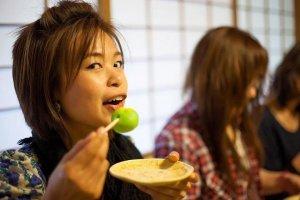 ขนมโมจิชาเขียวรสขมปี๋ ทานคู่กับชาร้อนดีๆ อร่อยมากมีแบบไม่เคยเจอ