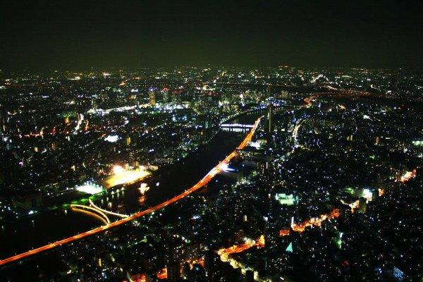 ภาพมุมสูงของมหานครโตเกียวยามค่ำคืน แสงไฟกว้างสุดลูกหูลูกตาที่ไม่ว่าเลนส์ไวด์แค่ไหนก็ถ่ายไม่หมด