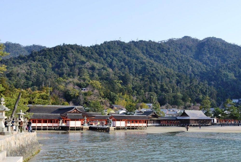 ศาลเจ้าอิซึคุชิม่าและเขามิเซ็งบนเกาะมิยาจิม่า