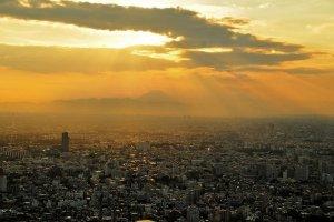 วิวของภูเขาฟูจิในวันฟ้าปลอดโปร่งที่มองเห็นได้จากชินจุกุ