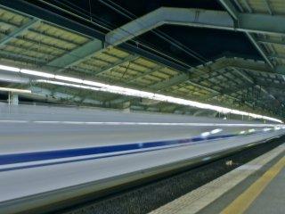 รถไฟหัวกระสุนรุ่น Nozomi N700 กำลังเข้าสู่สถานีชินโกเบ