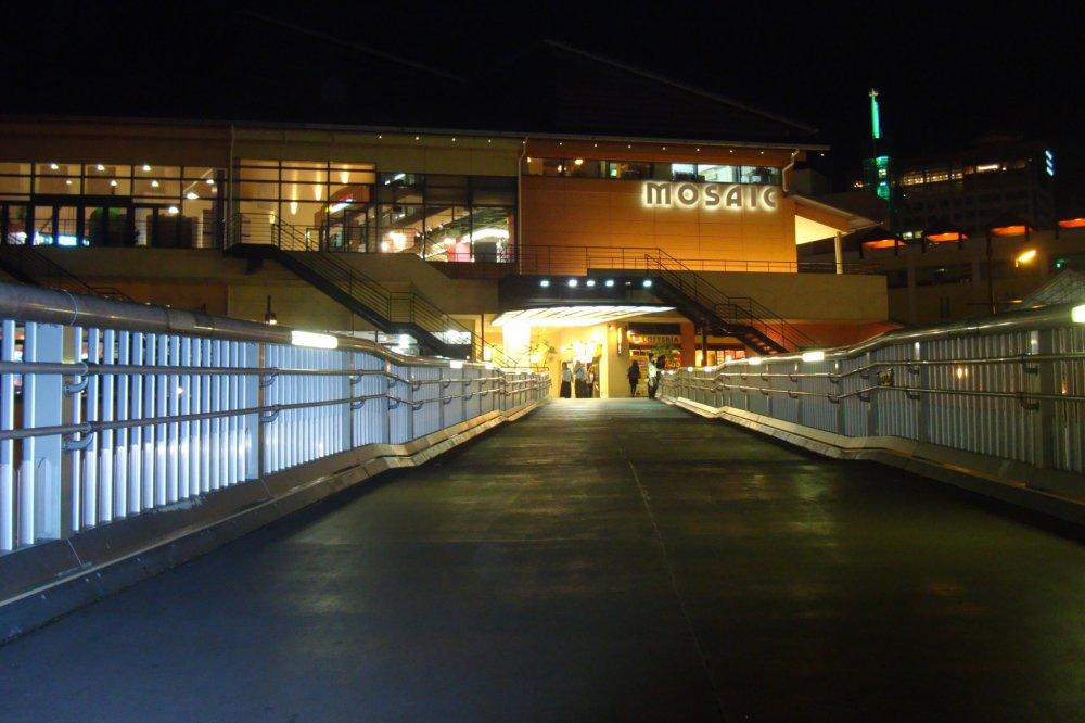 고베 모자이크 몰 입구 쇼핑몰은 2층에 많은 쇼핑몰이 있고 3층에는 대부분 식당이 있다