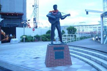 고이즈미 준이치로 전 총리는 2009년 모자이크의 입구 바로 외곽의 하버랜드에서 엘비스 프레슬리 동상을 공개했다. 이 동상은 1987년부터 도쿄 하라주쿠에 있는 러브 미텐더 매장에 있었으나 2008년 문을 닫은 후 철거되었다