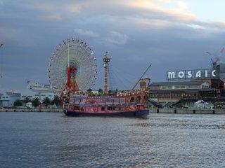 고베 항 탑 기슭에서 보이는 고베 모자이크 몰. 배들이 지나가는 것을 계속 볼 수 있다