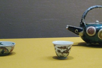 Tea pot and cups. Enamel overglaze on China, 17th century