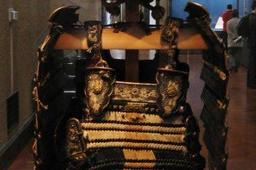 Domaru type armour with black leather lacing in kata-tsumadori style, 15th century
