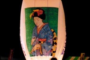 หญิงสาวผู้รอคอยบนโคมไฟกระดาษในค่ำคืนเทศกาลทุกวันที่ 10 กุมภาพันธ์