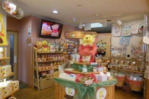Đương nhiên là Chú Gấu Pooh cũng có khu vực riêng của mình ở cửa hàng!