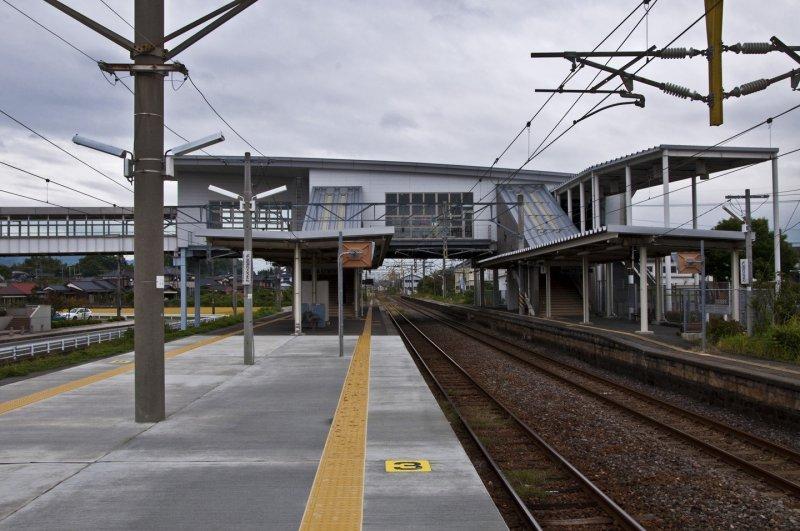 <p>View of Yoshinogari-koen Station from&nbsp;the island platform</p>