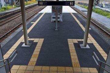 <p>Walking downstairs to the island platform&nbsp;</p>