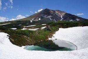 สีของน้ำที่ละลายจากหิมะมันช่างสวย อากาศบนนี้เย็นสบายแต่ก็สัมผัสได้ว่ามันเย็นเฉียบ