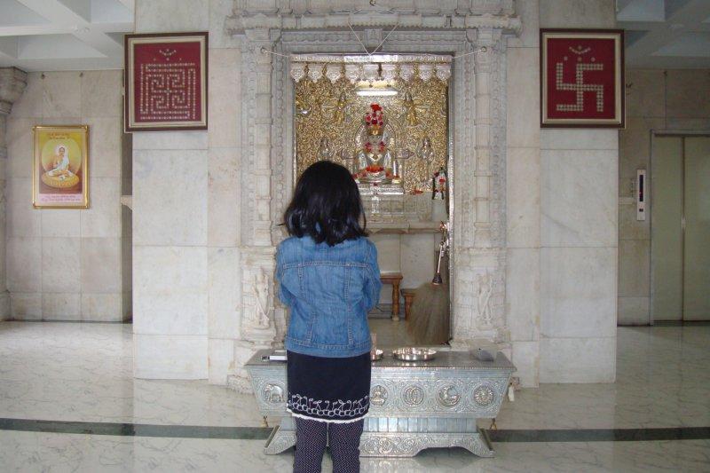 2층에는 바그완 마하버의 우상이 있다. 당신은 이 층에 앉아 기도를 하고 명상을 할 수 있다