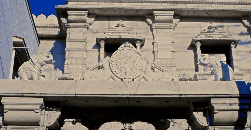 그 사원의 건축적 세밀함은 비범하다. 입구는 작은 코끼리 조각들로 둘러싸여 있고, 실제로는 작은 앙코르 와트처럼 보인다. 문과 창문도 정교하게 디자인되어 있다. 여기서 건축미를 보는 것만으로도 꽤 많은 시간을 보낼 수 있다