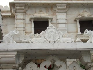 The structure is beautiful, made from sand stone and white marble, and the idol of Bhagwan Mahaveer was specially flown in from Mumbai, India, in the year 1984. To enter the temple, you will need to take off your footwear at the entrance.
