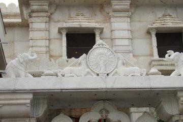 구조는 아름답고 모래 돌과 흰색 대리석으로 만들어졌으며 신 마하바의 우상은 1984 년 인도 뭄바이에서 특별 제작되었다. 사원에 들어가려면 입구에서 신발을 벗어야한다.