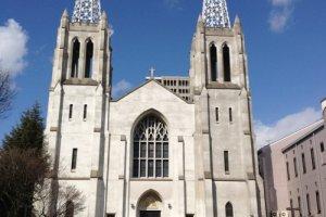 名古屋市にある厳粛な雰囲気の布池カトリック教会