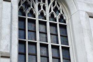 ステンドグラスが施された布池カトリック教会の窓