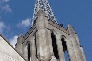 天にも届く高さ(50m)を誇る布池カトリック教会の尖塔