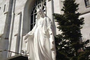 布池カトリック教会の聖母マリア像