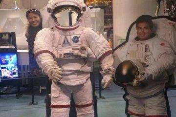 <p>ชุดมนุษย์อวกาศสำหรับถ่ายรูป</p>