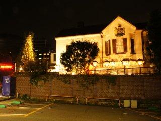 주차장에서 본 잉글랜드 하우스 야경. 2층 박물관은 이미 여름 18시, 겨울 17시에 문을 닫았지만, 집 안의 술집은 22시경에 문을 닫는다