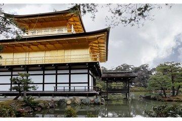 <p>Behind Kinkaku-ji&nbsp;Golden Pavilion Temple, Kyoto, Japan</p>