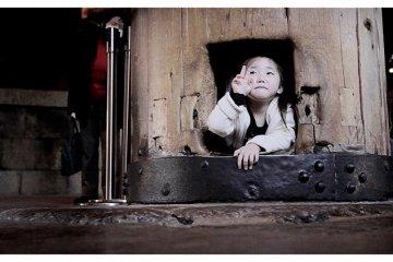 <p>Child Through &quot;Buddha&#39;s Nostril&quot; in Todai-ji Temple, Nara, Japan</p>