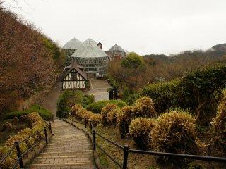 Lối đi dẫn đến nhà kính. Các mùa tốt nhất để ghé thăm là mùa xuân và mùa thu, với hệ thực vật và động vật đang ở đỉnh cao của nó.